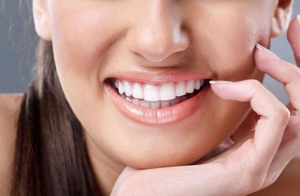 Позволяет осветлять зубы без вреда для эмали
